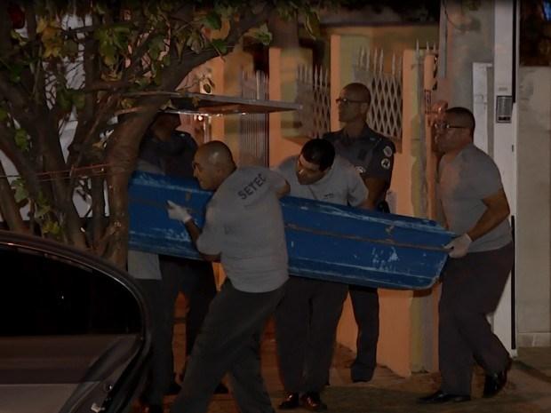 Thi thể nạn nhân vụ xả súng được đưa ra khỏi hiện trường. (Nguồn: EPTV)