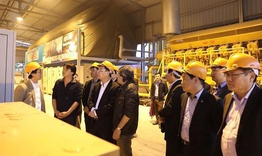 Bộ trưởng Chu Ngọc Anh bên máy phát điện.