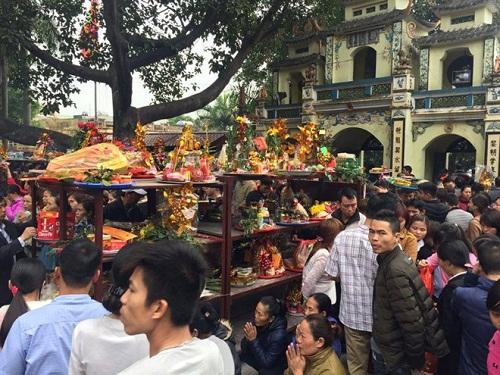 Cảnh tượng khấn thuê, lễ mướn diễn ra rất nhiều tại Đền Bà Chúa Kho.
