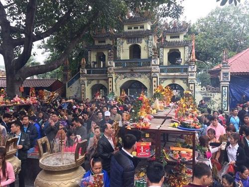 Khoảng 10-12h là lúc khu đền đón khách nhiều nhất.