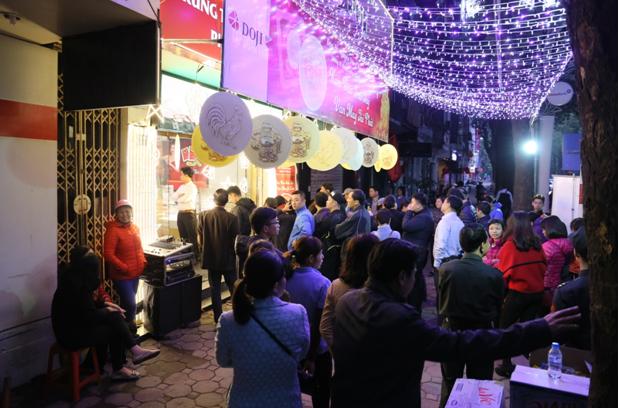 Dòng người xếp hàng nhộn nhịp ngay sau khi Trung tâm 27B Phan Đình Phùng, Q. Ba Đình, Hà Nội vừa mở cửa lúc 6h sáng.