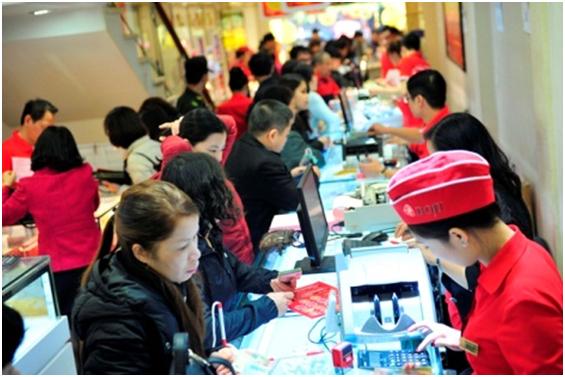 Cảnh nhộn nhịp mua vàng ngày vía Thần Tài cũng được ghi nhận tại Trụ sở của DOJI- Tòa nhà Ruby Plaza, số 44 Lê Ngọc Hân, Hà Nội.