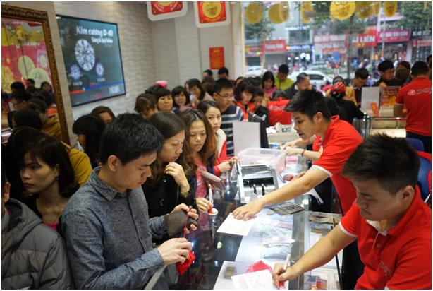 Khối lượng giao dịch tăng gấp 20 lầnso với ngày thường tại Trung tâmHà Đông, 10A Quang Trung, Q.Hà Đông, HN. Tuy nhiên, công tác chuẩn bị kỹ lưỡng cùng đội ngũ bán hàng chuyên nghiệp, được tăng cường giúp người dân không phải chờ đợi quá lâu.