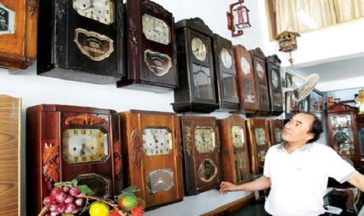 Ông Trần Minh Tâm nâng niu những chiếc đồng hồ quý.
