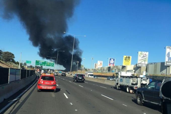 Cột khói đen bốc lên từ nơi máy bay rơi.