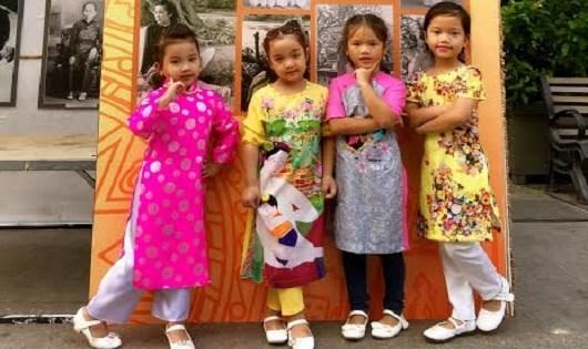 Các em thiếu nhi mặc trang phục áo dài đến tham gia Lễ hội áo dài TP HCM.