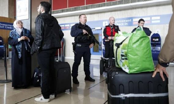 Cảnh sát chống bạo động tuần tra trong sân bay Orly, nam Paris ( Ảnh: BBC)