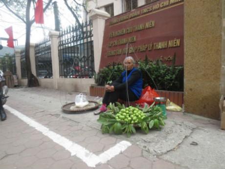 Bà Phan với gánh hàng rong mong muốn được đóng thuế vỉa hè để tiếp tục bán hàng