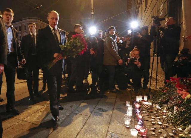 Tổng thống Putin đã tới đặt hoa tưởng niệm các nạn nhân tại ga Tekhnologichesky Institut, gần hiện trường vụ nổ. (Ảnh: Reuters)