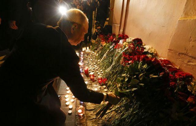 Ông Putin đặt hoa tưởng niệm các nạn nhân. (Ảnh: Reuters)