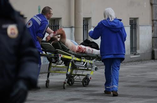 Một người bị thương trong vụ nổ trên tàu điện ngầm ở St. Petersburg, Nga. Ảnh:Reuters.
