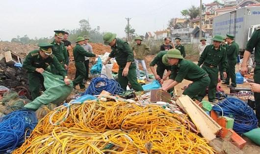 BĐBP tỉnh Quảng Ninh tổ chức tiêu hủy tang vật khai thác thủy sản trái phép.