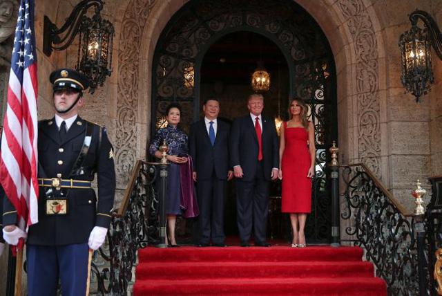 Hai nhà lãnh đạo cùng với hai Đệ nhất phu nhân chụp ảnh lưu niệm cùng nhau trước khi vào bên trong. (Ảnh: Reuters)