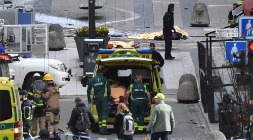 Lực lượng cấp cứu tại hiện trường vụ lao xe vào đám đông. Ảnh:Reuters