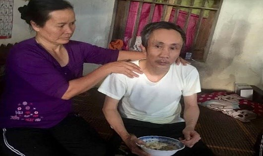 Ông Hàn Đức Long vừa trở về nhà và được vợ chăm sóc sau 11 năm ngồi tù oan.