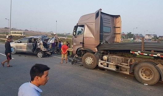 Hiện trường vụ tai nạn trên tuyến cao tốc Hải Phòng - Hà Nội đoạn qua xã Thuận Thiên, huyện Kiến Thụy, thành phố Hải Phòng do lái xe đi ngược chiều khiến 1 người tử vong.