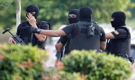 Cảnh sát được huy động bảo đảm an ninh bên ngoài tòa án.