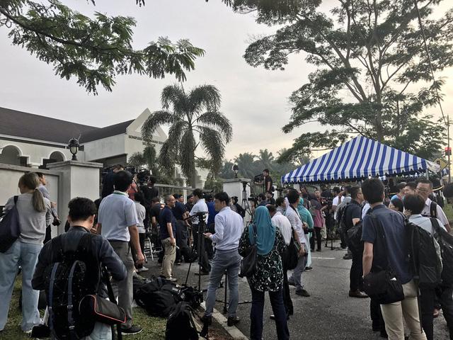 Đông đảo phóng viên có mặt bên ngoài tòa án tại Sepang, Malaysia sáng nay, 13/4 (Ảnh: Twitter)