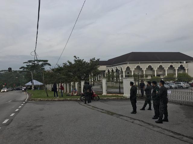 Các cảnh sát được triển khai bên ngoài tòa án từ sáng sớm (Ảnh: Twitter)
