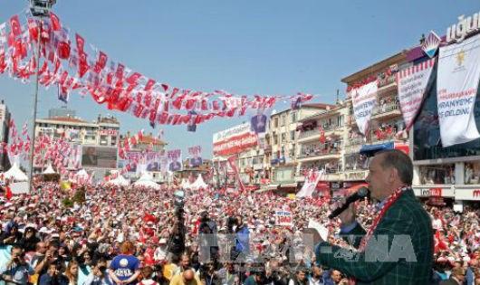 Tổng thống Thổ Nhĩ Kỳ Tayyip Erdogan (bên phải) kêu gọi cử tri ủng hộ tham gia cuộc trưng cầu ý dân về việc sửa đổi Hiến pháp diễn ra ngày 16/4. Ảnh: EPA/TTXVN