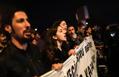 Thổ Nhĩ Kỳ: Biểu tình quy mô lớn phản đối kết quả trừng cầu ý dân. Ảnh: AFP/TTXVN.