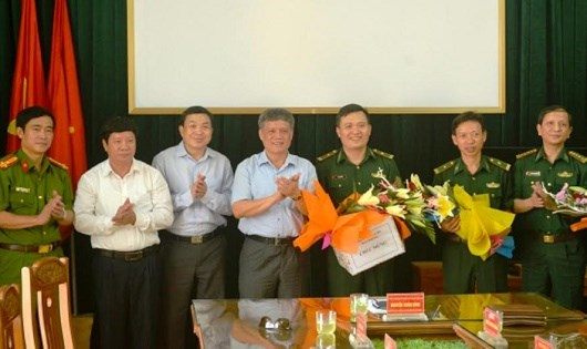 Phó Chủ tịch UBND TP Hải Phòng Nguyễn Xuân Bình (giữa) trao thưởng cho cán bộ, chiến sĩ Đồn BP Cát Hải.
