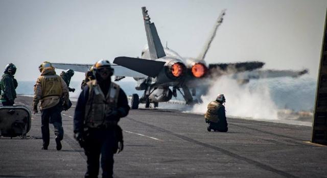 Máy bay chiến đấu xuất kích từ tàu sân bay USS Carl Vinson. (Ảnh: Reuters)