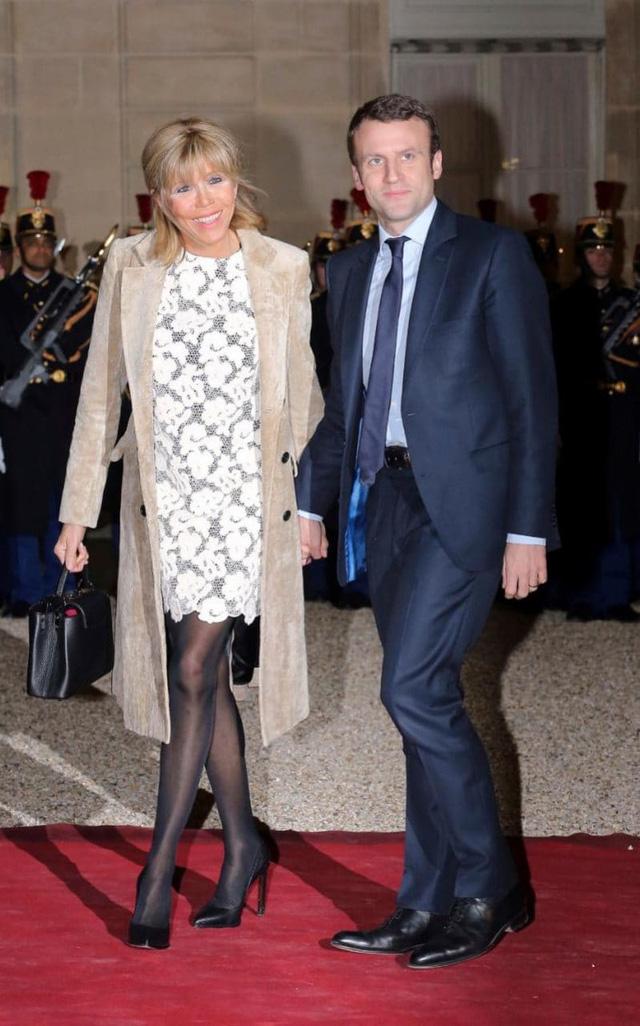 Ông Macron và vợ, bà Brigitte Trogneux. (Ảnh: AP)