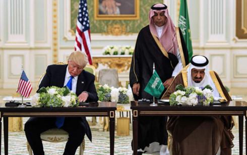 Tổng thống Trump và Quốc vương Salman ký hàng loạt thỏa thuận. Ảnh: AFP.