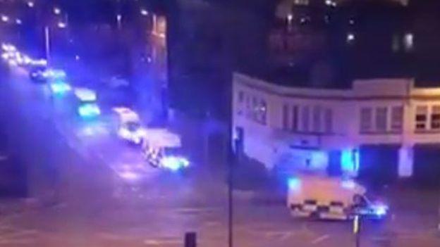 Xe cảnh sát và cứu thương có mặt tại hiện trường ngay sau vụ nổ. (Ảnh: Twitter)