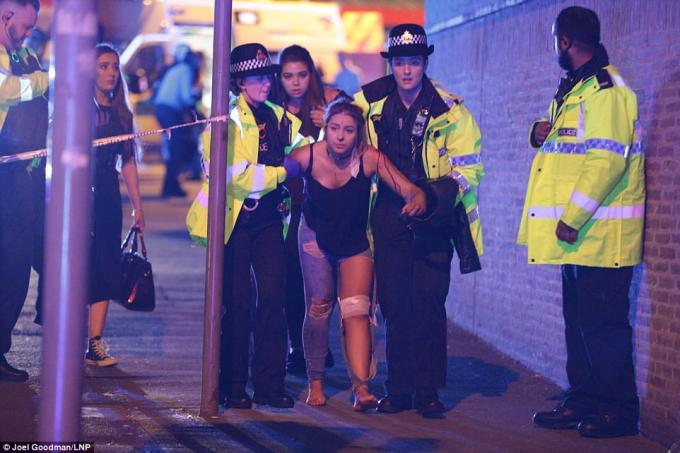 Cảnh sát đã có mặt tại hiện trường để điều tra và giúp đỡ những người bị thương trong vụ nổ bom.