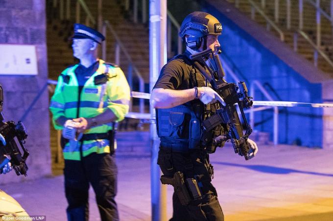 Hiện trường xảy ra vụ nổ lớn tại nhà thi đấu ở Anh