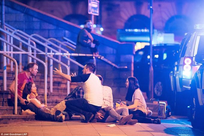 Những người bị thương nằm ở bên ngoài nhà thi đấu Manchester Arena.