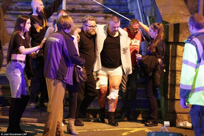 Những người bị thương đều nhanh chóng được đưa ra khỏi khu vực nhà thi đấu.