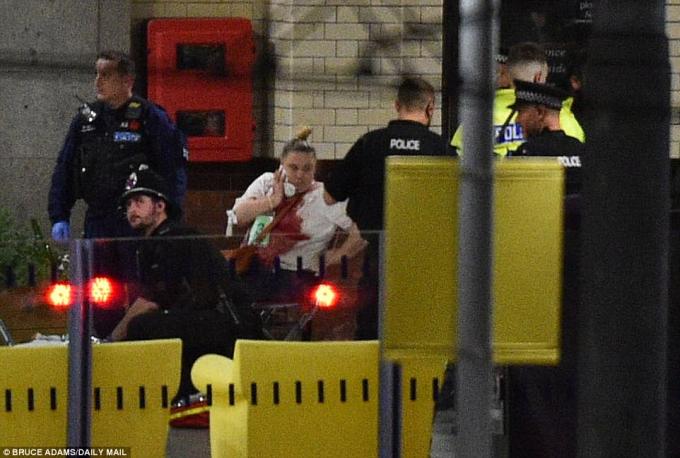 Các nhân chứng cho biết rất nhiều người bị thương ở bãi đỗ xe.