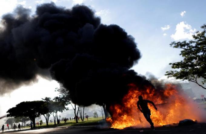 Người biểu tình phóng hỏa đốt trụ sở bộ Nông nghiệp tại thủ đôBrazil.