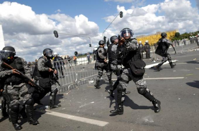 Cảnh sát dùng hơi cay, lựu đạn khói, đạn cao su đối phó với hàng chục ngàn người biểu tình kéo về tòa nhà Quốc hội.