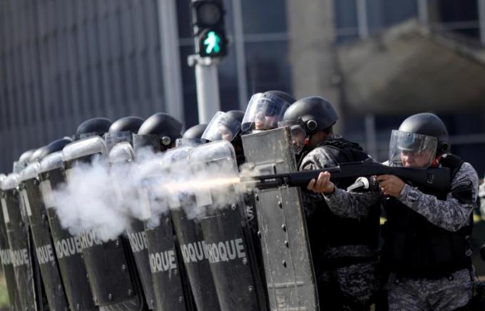 Cảnh sát bắn hơi cay để giải tán đám đông người biểu tình.