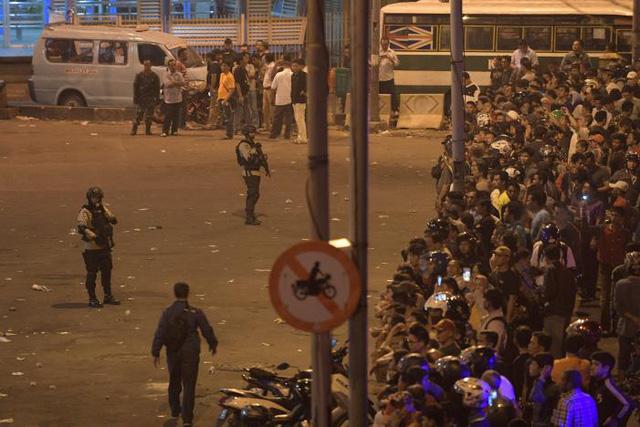 Các vụ nổ xảy ra tại một bãi đỗ xe cạnh trạm xe buýt. (Ảnh: Reuters)