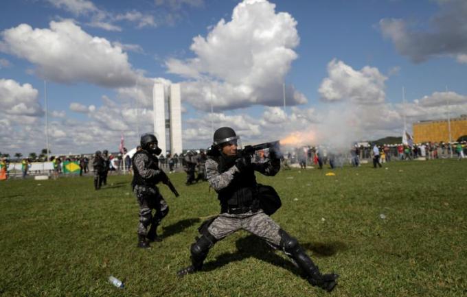 Tổng thống Temer phải lệnh triển khai quân đội trấn áp biểu tình.