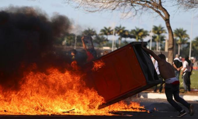 Người biểu tình dùng lửa tấn công cảnh sát.
