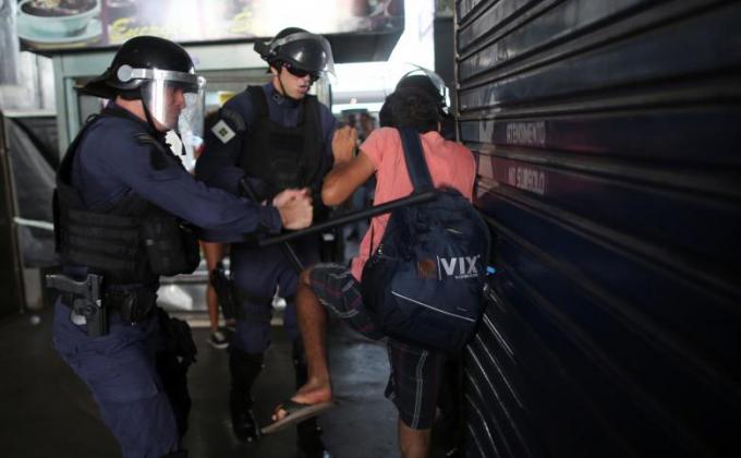 Cảnh sát bắt giữ người tham gia biểu tình.