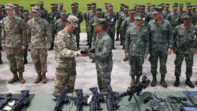 Chỉ huy lực lượng lính thủy đánh bộ Philippines Emmanuel Salamat (thứ 4 từ phải sang) nhận lô vũ khí mới do quân đội Mỹ chuyển giao (Ảnh: AP)