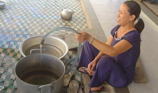 Bà Hời, một hộ dân phường Nại Hiên Đông than phiền vì nước sinh hoạt không có để dùng.