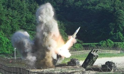 Tên lửa chiến thuật MGM-140 của Mỹ được phóng đi từ Hàn Quốc.