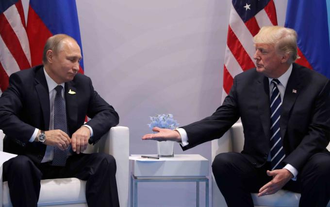 Tổng thống Mỹ Donald Trump và Tổng thống Nga Vladimir Putin có cuộc gặp lần đầu tiên tại hội nghị G20 ở Hamburg, Đức. (Ảnh: Reuters)