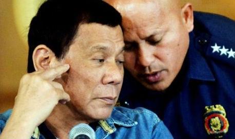 Tổng Giám đốc Cảnh sát Quốc gia Philippines Ronald Dela Rosa (phải) và Tổng thống Rodrigo Duterte. (Ảnh: Reuters)