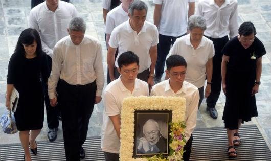 Anh em nhà họ Lý trong đám tang cha (phải qua) Lý Vĩ Linh, Hà Tinh, Lý Hiển Long, Lý Hiển Dương, Lâm Học Phần.