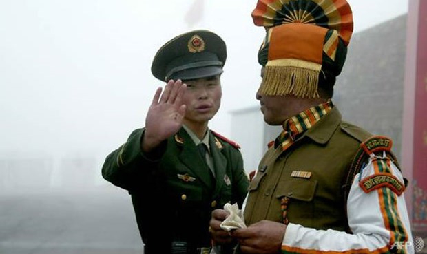 Binh lính Trung Quốc và Ấn Độ. Ảnh: AFP