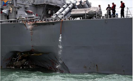 Tàu khu trục USS John S. McCain sau va chạm. (Ảnh: Reuters)